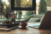 csésze kávé és laptop