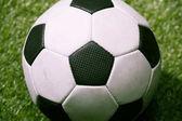fotbalový míč na zelené fotbalové hřiště