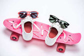 cipők és napszemüveg, gördeszka
