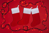 Fotografie flach liegen mit angeordneten leer Weihnachten Socken und Lichter isolieren Don rot