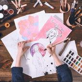 pohled shora umělce náčrtky s akvarel barvy