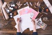 Fotografia ritagliata colpo di schizzi di pittura artista femminile al posto di lavoro con colori e pennelli