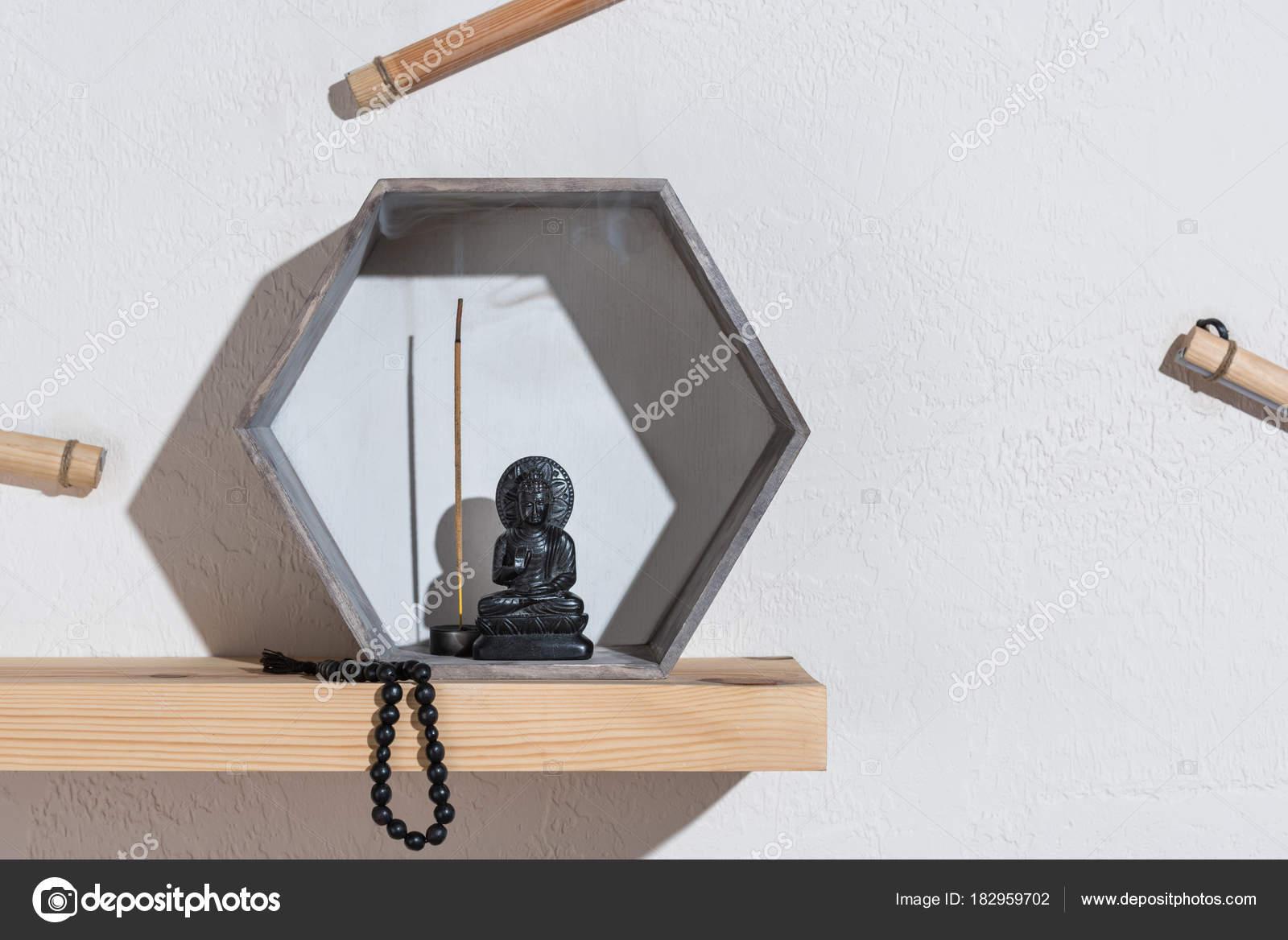 Pequeña Estatua Buda Bastidor Rosario Estante Madera — Fotos de ...