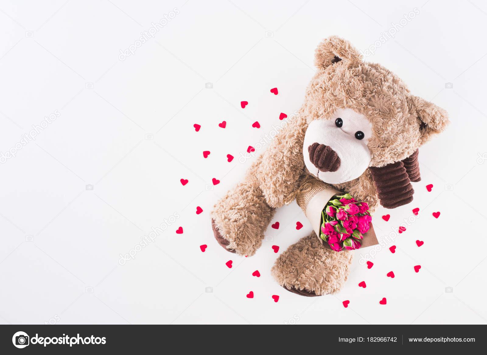 Vista con Bear bouquet su di dall'alto bianco di Teddy rose rosa isolato dCxWBore