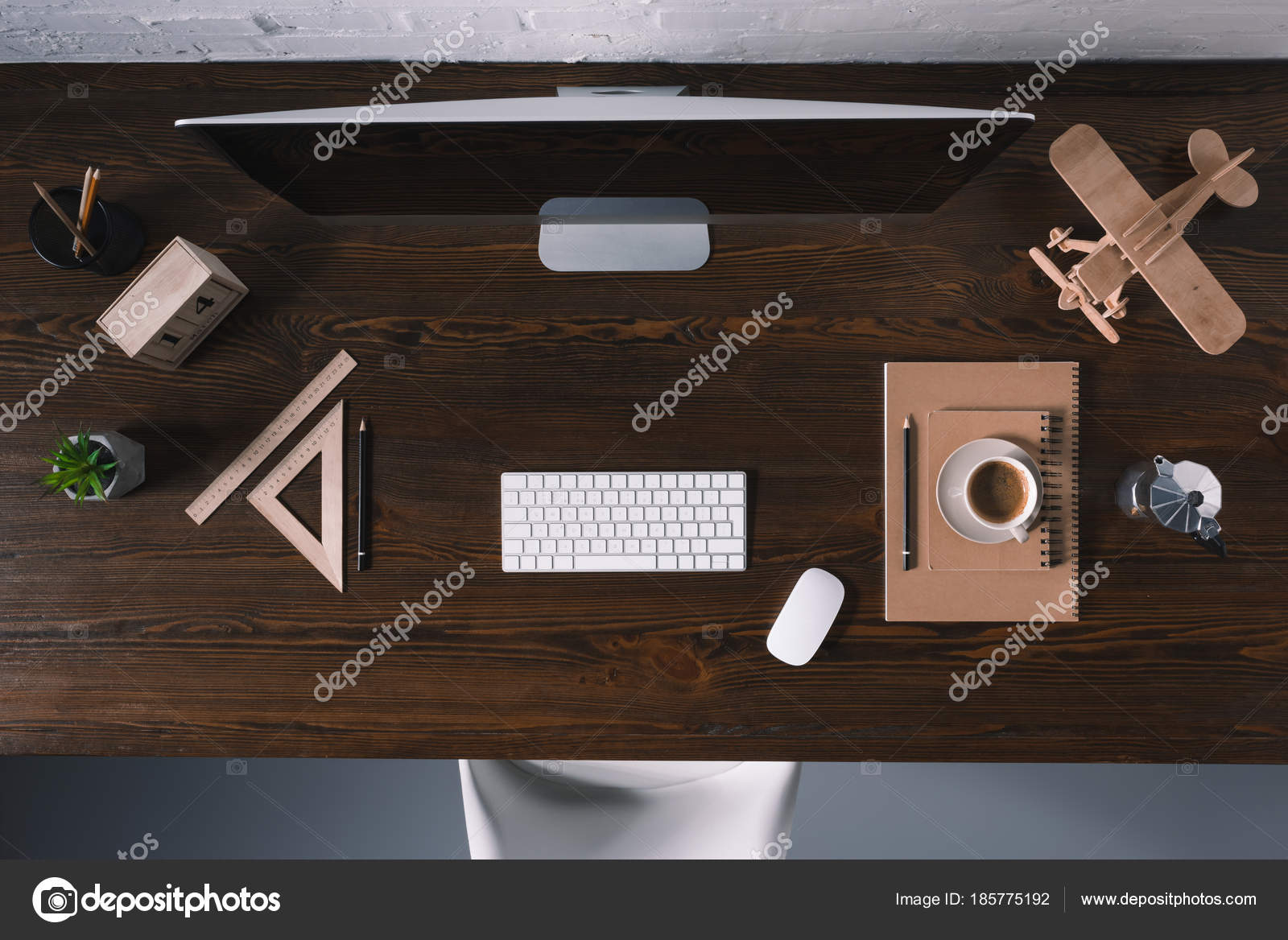 Vue dessus bureau informatique fournitures bureau sur table bois