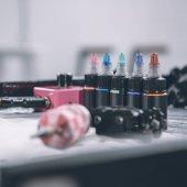 Fotografie Tattoo machine a lahve s barevný inkoust
