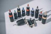 Fotografie Láhve s barevné tetování inkoust a stroje
