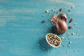 Fényképek felülnézet tört csokoládé húsvéti tojás fa türkiz tábla