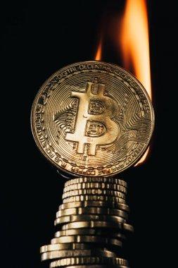 Siyah izole ateşle kadar altın bitcoins yığın Görünümü Kapat