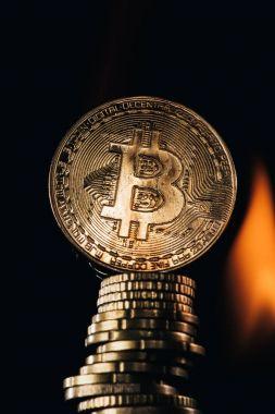 Altın bitcoins ve siyah izole yangın görünümünü kapat