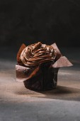 Photo yummy chocolate cooked cupcake on table