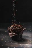 chutné čokoládové košíčky s glazurou a cukru šíří na stole