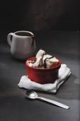 lahodná zmrzlina v červené misky na stole