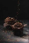 Chutné čokoládové košíčky se smetanou a cukrem na stůl