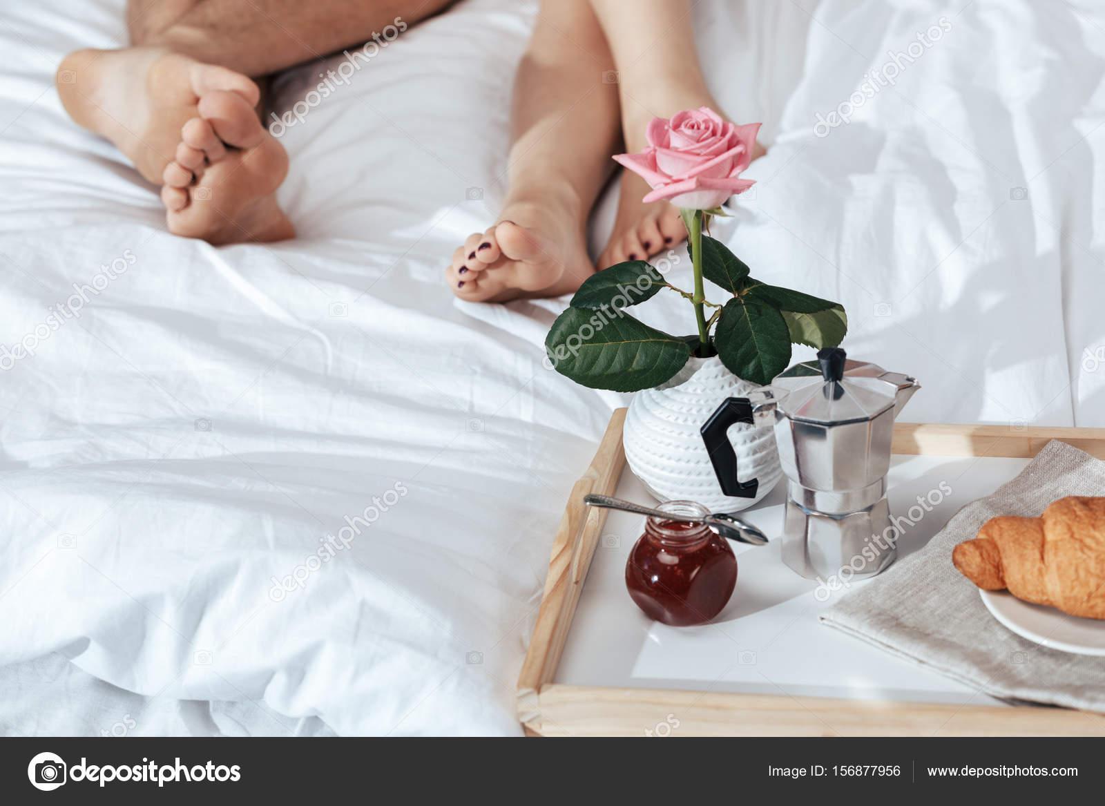Petit-déjeuner romantique sur le plateau au lit — Photographie ...