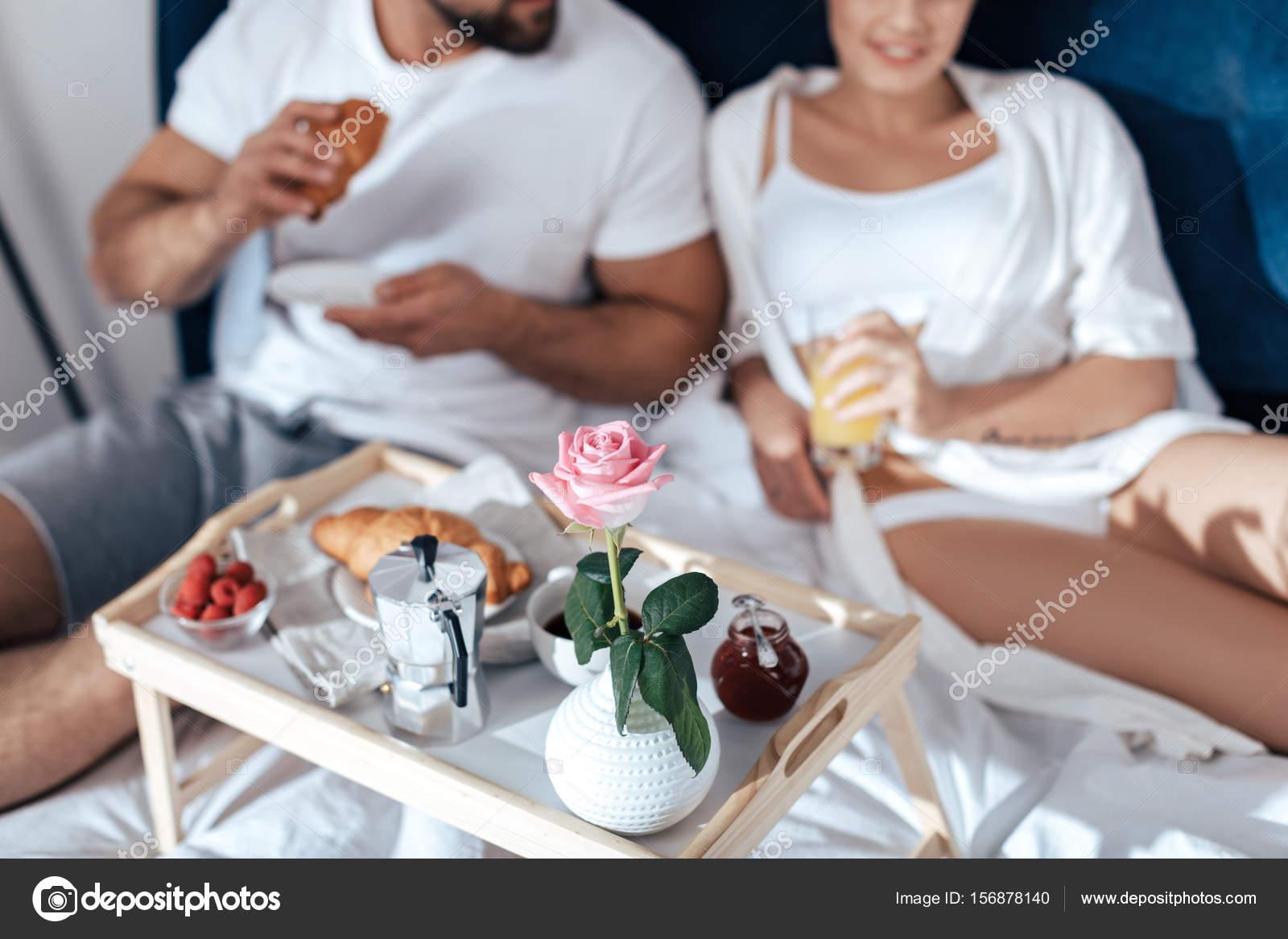 couple prenant son petit d jeuner au lit photographie allaserebrina 156878140. Black Bedroom Furniture Sets. Home Design Ideas