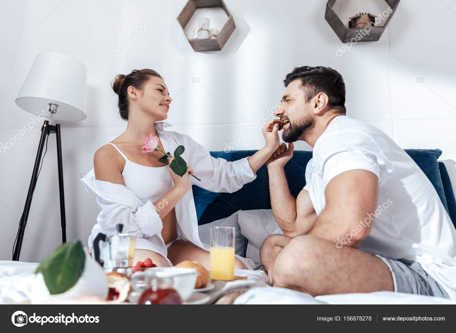 couple prenant son petit d jeuner au lit photographie allaserebrina 156878278. Black Bedroom Furniture Sets. Home Design Ideas
