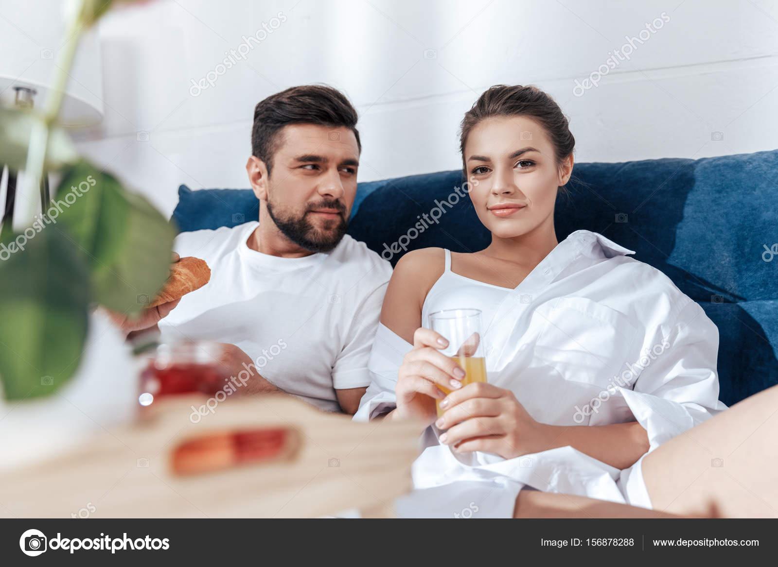 couple prenant son petit d jeuner au lit photographie allaserebrina 156878288. Black Bedroom Furniture Sets. Home Design Ideas