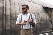vousatý muž na přestávky na kávu