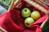 Čerstvá jablka do koše