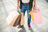 Fotografie Muž, který stojí s nákupní tašky