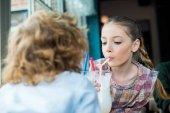 rozkošné děti pít koktejl