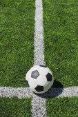 Futball-labda pályán
