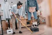 Fotografie Mann geschwungenen Boden in boutique