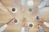 Geschäftsleute rauchen in der Kaffeepause