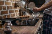 muž připravuje vejce k snídani