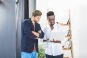 multikulturní podnikatelé pracující na laptop
