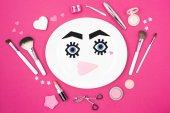 Papiergesicht mit Make-up auf Teller