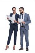 podnikatelé v oblecích, při pohledu na papíry