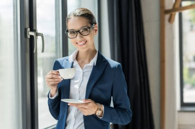 Usinesswoman drinking coffee
