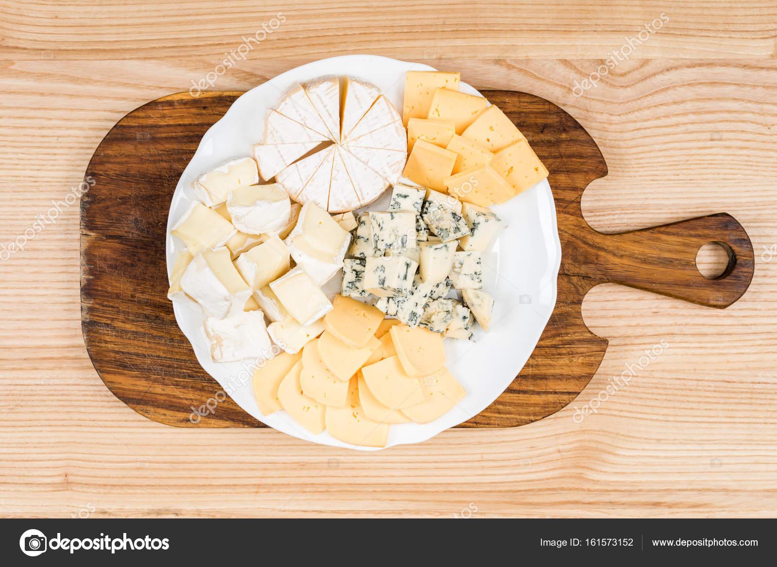 variété de sortes de fromage sur planche de bois — Photographie ...