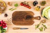 Dřevěné prkénko a zelenina