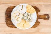 rozmanitost druhů sýra na dřevěné desce