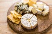 Fotografia varietà di tipi di formaggio sulla scheda di legno
