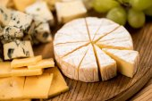 různé druhy sýra a hrozny