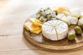 různé druhy sýrů a oliv
