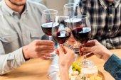 přátel, cinkání sklenic vína