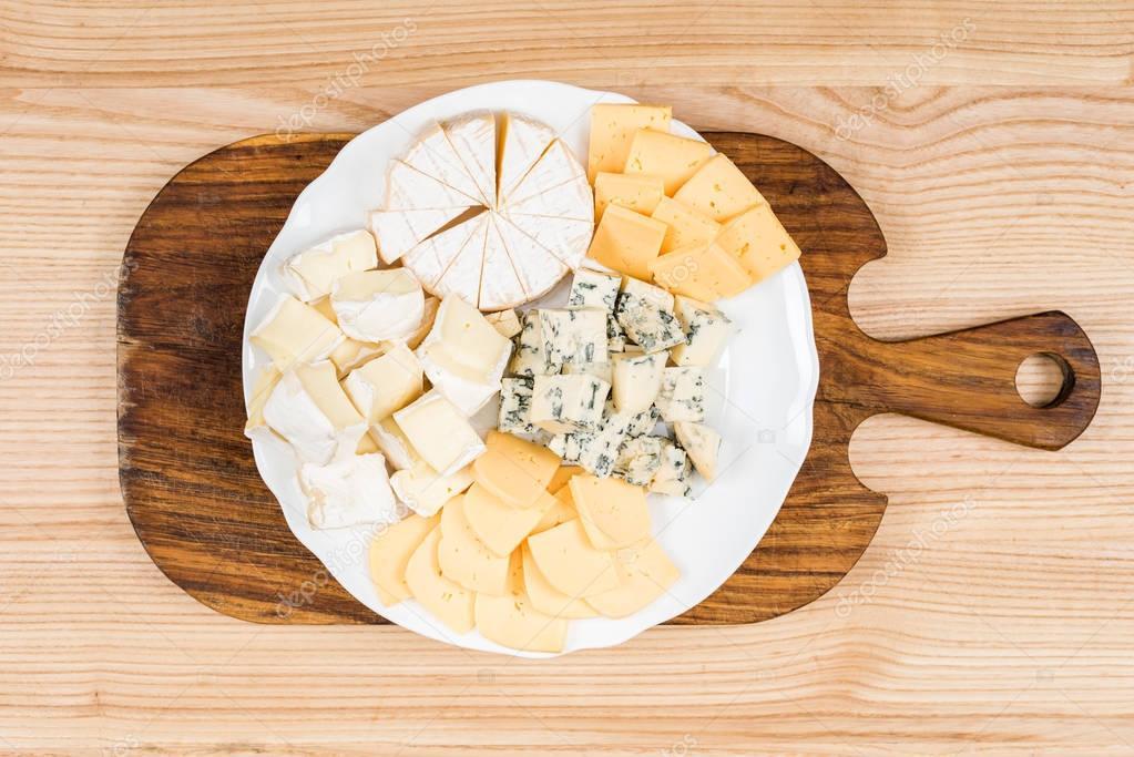 vari t de sortes de fromage sur planche de bois. Black Bedroom Furniture Sets. Home Design Ideas