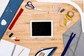 Fotografia ridurre in pani digitale e sartoria elementi sul tavolo