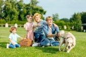 rodina se psem na pikniku