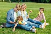 Rodinné jedl jablka v parku