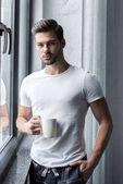 Fotografie pohledný muž s kávou
