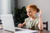 Fotografie kleines Mädchen mit laptop
