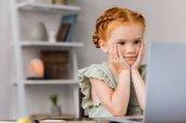Fotografie kleines Mädchen Blick auf laptop