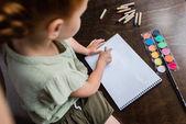 Fotografie kleines Mädchen zeichnet