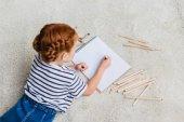 kleines Mädchen zeichnet